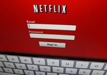 """Netflix Inc sumó muchos más suscriptores en el tercer trimestre de lo esperado por los analistas, por el atractivo del estreno de nuevos contenidos originales como """"Stranger Things"""", lo que provocó un alza de un 20 por ciento de sus acciones en las operaciones tras el cierre del mercado regular el lunes. En la imagen, el logo de Netflix en un iPad en Encinitas, California, EEUU, el 19 de abril de 2013. REUTERS/Mike Blake/File Photo"""