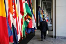 La mayor amenaza para el crecimiento de los mercados emergentes en los próximos años podría provenir de un alza del populismo y el aislamiento en los países desarrollados, dijo el martes un responsable del Banco Mundial. En la imagen de archivo, un delegado camina en la sede del FMI durante una reunión del FMI y el Banco Munduial en Washington,. REUTERS/Yuri Gripas