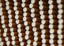 British American Tobacco ofreció comprar la empresa estadounidense Reynolds American Inc en un acuerdo por 47.000 millones de dólares que reuniría a las marcas de cigarrillos Newport, Kent y Pall Mall en la firma de tabaco más grande del mundo que cotiza en bolsa. En la imagen, cigarros en una fábrica de British American Tobacco Cigarette Factory (BAT) en Bayreuth, sur de Alemania, 30 de abril de 2014. REUTERS/Michaela Rehle