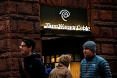 AT&T Inc anunció el sábado un acuerdo por 85.400 millones de dólares para comprar Time Warner Inc, en la que supone la operación más atrevida hasta la fecha de una compañía de telecomunicaciones para adquirir contenidos para transmitir a través de su red para atraer a un número creciente de espectadores online. En la imagen, unas personas pasan frente a una sucursal de Time Warner Cable en Manhattan, Nueva York,  el 22 de octubre de 2016. REUTERS/Eduardo Muñoz