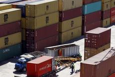 Containers cargados con granos para exportar en el puerto de Rosario, norte de Buenos Aires, 10 de septiembre, 2015. La balanza comercial de Argentina habría arrojado un superávit promedio de 217 millones de dólares en septiembre, impulsada por exportaciones provenientes del sector agropecuario, según un sondeo de Reuters publicado el lunes. REUTERS/Enrique Marcarian  - RTS1N8H
