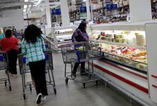 La confiance du consommateur aux Etats-Unis s'est dégradée nettement plus qu'attendu en octobre. L'indice a reculé à 98,6. /Photo prise le 5 octobre 2016/REUTERS/Henry Romero