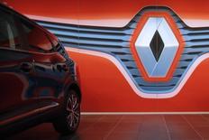 Renault a annoncé mardi une hausse de 13% de son chiffre d'affaires au troisième trimestre, soutenu par la bonne tenue du marché européen, le renouvellement de sa gamme et le redémarrage des ventes du groupe hors d'Europe. /Photo prise le 19 janvier 2016/REUTERS/Stéphane Mahé
