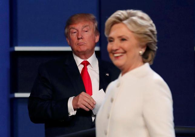 10月25日、米大統領選の民主党候補ヒラリー・クリントン氏は、11月8日の大統領選の投票日が2週後に迫るなか、世論調査で共和党のドナルド・トランプ候補に対して明らかなリードを保っていることを踏まえ、支持者らに油断しないよう呼びかけた。写真はラスベガスで19日撮影(2016年 ロイター/Mike Blake)