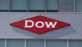 Dow Chemical a battu le consensus pour le 12ème trimestre consécutif, conséquence d'un recentrage sur des marchés de grande consommation tels que l'automobile et l'électronique. Le groupe chimique américain a également enregistré une hausse de ses ventes de 6% en volume, en les ajustant des cessions et acquisitions. /Photo d'archives/REUTERS/Rebecca Cook
