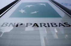 BNP Paribas a fortement renforcé ses fonds propres au cours du troisième trimestre, période durant laquelle une performance solide dans la banque d'investissement, à l'instar de ses rivales étrangères, a contribué à générer des profits meilleurs que prévu. /Photo d'archives/REUTERS/Yuya Shino