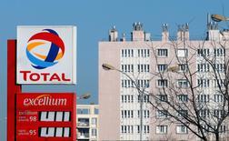 Total a annoncé vendredi des résultats trimestriels supérieurs aux attentes grâce à la hausse de sa production tirée par ses nouveaux projets et des réductions de coûts, malgré la chute de 27% de ses marges de raffinage et le bas niveau des cours du brut. /Photo d'archives/REUTERS/Jean-Paul Pelissier
