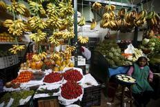 Una mujer vendiendo vegetales en una tienda en el distrito limeño de Surquillo, oct 23, 2015. Perú registraría una inflación del 0,20 por ciento en octubre, similar al mes previo, debido a un alza en los precios de algunos alimentos y de combustibles, mientras que la tasa anual estaría por encima de la meta oficial, mostró el viernes un sondeo de Reuters.  REUTERS/Mariana Bazo