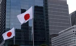 La bandera de Japón flamea en frente del distrito de negocios en Tokyo, 22 de Febrero, 2016. La producción industrial de Japón se estancó en septiembre, en una señal preocupante que apunta a que la economía podría estar perdiendo impulso por la debilidad del gasto de los consumidores y las exportaciones. REUTERS/Toru Hanai/File Photo  - RTSQ40P