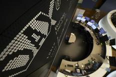 Les principales Bourses européennes ont ouvert en hausse mardi, tirées par les ressources de base et le compartiment pétrolier avec la bonne tenue des matières premières et des résultats meilleurs que prévu de Royal Dutch Shell. À Paris, l'indice CAC 40 avance de 0,35% à 4525,21 points vers 8h25 GMT. Le Dax prend 0,39% à Francfort et le FTSE 0,45% à Londres. /Photo prise le 14 octobre 2016/REUTERS/Kai Pfaffenbach