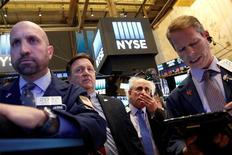 Трейдеры на фондовой бирже Нью-Йорка 25 октября 2016 года. На Уолл-стрит во вторник шла распродажа акций, а индекс &P 500 опустился до минимума с 7 июля из-за возросших опасений по поводу надвигающихся выборов президента США и перспектив повышения ставки центробанка. REUTERS/Brendan McDermid
