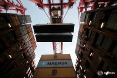 Контейнеры на судне Maersk Majestic в Шанхае 24 сентября 2016 года. A.P. Moller-Maersk в среду отчитался о 44-процентном падении прибыли в третьем квартале, не оправдав прогнозы, поскольку крупнейший в мире контейнерный перевозчик столкнулся с избытком производственных мощностей в секторе. REUTERS/Aly Song