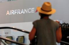 Air France-KLM va accélérer ses économies d'ici 2020, notamment à l'aide d'une nouvelle compagnie moins coûteuse à exploiter, tout en tentant de repartir à l'offensive sur le long-courrier et de défendre ses positions sur le moyen-courrier. /Photo prise le 27 juillet 2016/REUTERS/Philippe Laurenson