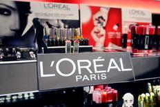 L'Oréal a accéléré la cadence au troisième trimestre, porté par les performances de ses marques de luxe et par une forte accélération aux Etats-Unis, qui a permis de compenser un environnement toujours morose en France. /Photo d'archives/REUTERS/Charles Platiau
