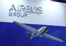 Airbus a annoncé mardi 585 commandes brutes sur les dix premiers mois de l'année, soit 395 après annulations, dont 35 unités de son nouveau long-courrier A350. /Photo prise le 12 octobre 2016/REUTERS/Kim Kyung-Hoon