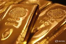 Слитки золота в магазине Ginza Tanaka в Токио 17 сентября 2010 года. Цена золота стабилизировалась во вторник, так как инвесторы остаются осторожными накануне подведения итогов президентских выборов в США. REUTERS/Yuriko Nakao