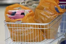 Sainsbury's a annoncé mercredi une nouvelle baisse de son bénéfice semestriel, la troisième d'affilée. /Photo prise le 11 octobre 2016/REUTERS/Neil Hall
