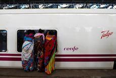 El fabricante español de trenes Talgo dijo el viernes que su beneficio neto bajó un 13 por ciento en los nueve primeros meses del año lastrado por unos mayores impuestos y un aumento de los costes asociado a certificaciones en Rusia. En la imagen, gente mira dentro de un tren de Talgo en estación en Mumbai, India, el 2 de agosto de 2016. REUTERS/Danish Siddiqui