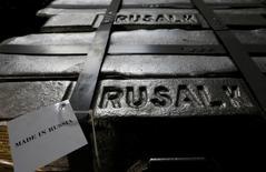 Алюминиевые чушки на заводе Русала в Красноярске. 27 июля 2016 года. Второй по объемам добычи в мире алюминиевый гигант Русал видит положительный сигнал для глобального рынка металлов в итогах президентских выборов в США. REUTERS/Ilya Naymushin
