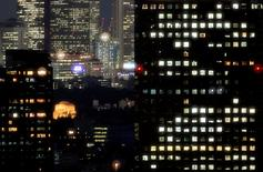 Buildings are seen by night in Tokyo, Japan August 8, 2007.   REUTERS/Yuriko Nakao/Files