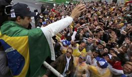 Formula One - F1 - Brazilian Grand Prix - Circuit of Interlagos, Sao Paulo, Brazil - 13/11/2016 - Williams' Felipe Massa of Brazil wears his country's flag over his shoulders as he waves to fans after the race following his withdrawal due to car problems. REUTERS/Paulo Whitaker