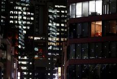Un edificio de oficinas es visto en la noche en un distrito de negocios en Tokio, Japón, 10 de noviembre de 2016. REUTERS/Kim Kyung-Hoon