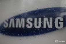 Samsung Electronics anunció un acuerdo para comprar Harman International Industries por 8.000 millones de dólares, con lo que da un gran paso en el sector de tecnología para automóviles, en la mayor operación en el extranjero realizada por una empresa surcoreana. En la imagen de archivo, el logo de Samsung en su sede de Seúl. REUTERS/Kim Hong-Ji/File Photo