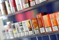 Reynolds American cherche à obtenir un prix plus élevé de British American Tobacco (BAT) après avoir rejeté l'offre du britannique à 47 milliards de dollars (43,8 milliards d'euros). BAT a proposé le mois dernier de racheter les 57% du capital de son concurrent américain qu'il ne possède pas encore, pour créer le premier groupe de tabac coté au monde en regroupant des marques telles que Kent, Lucky Strike et Pall Mall. /Photo d'archives/REUTERS/Michaela Rehle