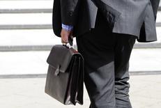 Le nombre de créations d'entreprises en France est reparti en baisse en octobre après deux mois de hausse, reculant de 2% à 46.602, selon les données corrigées des variations saisonnières et des jours ouvrables publiées mardi par l'Insee. /Photo d'archives/REUTERS/Toby Melville
