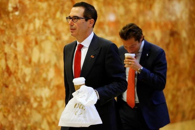 11月15日、アイカーン氏は、次期米財務長官にスティーブ・ムニューチン氏を起用するなどと語った。写真はムニューチン氏。ニューヨークで14日撮影(2016年 ロイター/Carlo Allegri)