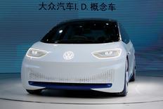 """La voiture électrique Volkswagen I.D. présentée au cours d'une conférence de presse à Guangzhou (Chine). Le premier constructeur automobile européen veut vendre 400.000 """"nouveaux véhicules énergétiques"""" (NEV) par an en Chine d'ici 2020, le gouvernement chinois incitant les constructeurs automobiles à produire des véhicules moins polluants. /Photo prise le 17 novembre 2016/REUTERS/Bobby Yip"""