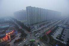 Una visión general de Yanjiao, provincia de Hebei, China, foto de archivo tomada el 13 de noviembre de 2015. Los precios de las viviendas nuevas en China crecieron en octubre a su ritmo más acelerado desde que comenzaron a ser registrados en 2011, pese a una bajada importante en el volumen de ventas de propiedades después de que los gobiernos locales intensificaran las medidas para enfriar el alza. REUTERS/Jason Lee/File Photo