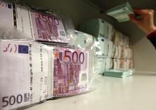 Euros en billetes en la bóveda de un banco en Viena, abr 10, 2013. Los bancos de la zona euro podrían ser forzados por los reguladores a suspender pagos a algunos acreedores por un máximo de cinco días si existe riesgo de quiebra, según el borrador de un proyecto de ley de la Unión Europea, que daría a los supervisores la facultad de intervenir de manera temprana para evitar una crisis.  REUTERS/Heinz-Peter Bader