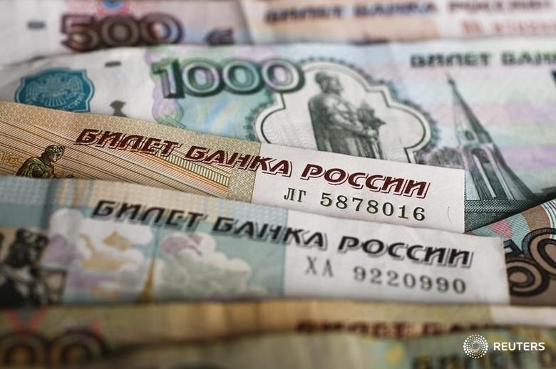 图为多种面额的俄罗斯卢布。REUTERS/Kacper Pempel