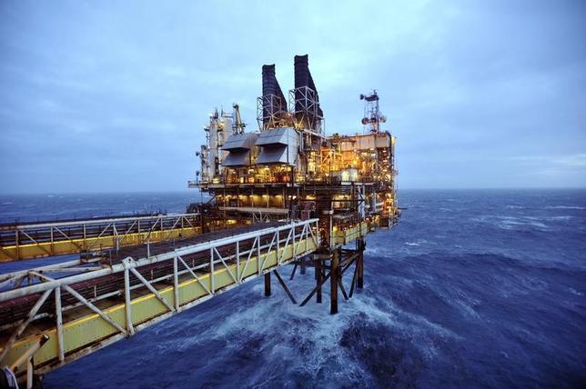 11月22日、22日のアジア市場で北海ブレント先物が一時1バレル=49.63ドルまで上昇し、10月31日以来の高値を付けた。石油輸出国機構(OPEC)が減産で正式に合意するとの観測が背景にある。写真は英スコットランド・アバディーン東沖の北海油田プラットフォームETAPの一部、BP社運営の採掘場。2014年2月撮影(2016年 ロイター/Andy Buchanan)