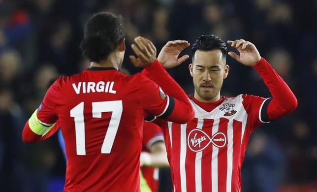 11月23日、サッカーのイングランド・プレミアリーグ、サウサンプトンDF吉田麻也(右)は、欧州リーグの1次リーグ突破を速やかに決めようとチームメートに呼びかけた。サウサンプトンで3日撮影(2016年 ロイター)