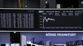 Электронное табло на фондовой бирже Франкфурта-на-Майне. Европейские фондовые рынки ушли в минус в начале торгов пятницы, поскольку снижение цен на нефть негативно сказалось на бумагах энергетического сектора, а акции итальянских кредиторов оказали давление на индекс банковского сектора Европы.    REUTERS/Remote/Pawel Kopczynski   (GERMANY - Tags: BUSINESS)