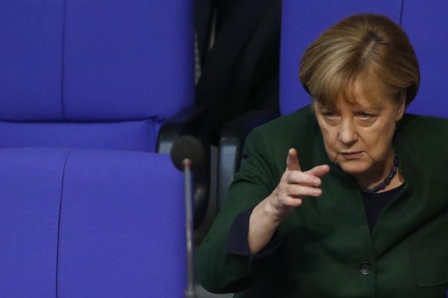 11月26日、ドイツのメルケル首相は、世界の鉄鋼業界が抱える過剰生産能力の問題について、一部の国の過剰生産が他国での雇用喪失につながっているとの認識を示し、20カ国・地域(G20)は解決策を見いだす必要があると指摘した。写真はベルリンで23日撮影(2016年 ロイター/FABRIZIO BENSCH)