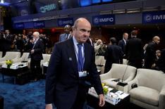 El ministro de Economía español Luis de Guindos dijo el lunes que la economía española estaba enfrentando la recta final del año a un ritmo similar al de los tres primeros trimestres, en los que el crecimiento medio fue del 3,3 por ciento anual. En la imagen, De Guindos durante una reunión del FMI/Banco Mundial en Washington, el 8 de octubre de 2016. REUTERS/Yuri Gripas