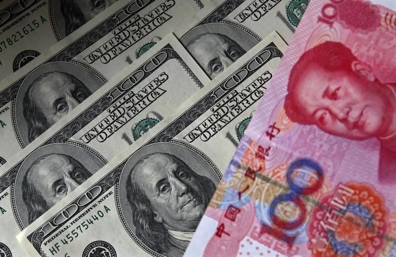 2010年11月1日,图为百元面值的人民币纸币和美元纸币。REUTERS/Petar Kujundzic