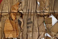 АЗС под Алма-Атой на фоне горных хребтов Тянь-Шаня 9 января 2015 года. Министр энергетики Казахстана Канат Бозумбаев не приедет на встречу ОПЕК в Вене 30 ноября, так как члены картеля не сумели прийти к компромиссу, сообщила во вторник представитель министерства после того, как саммит решила пропустить Москва. REUTERS/Shamil Zhumatov
