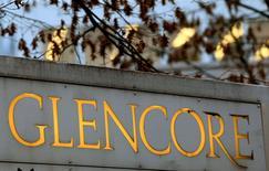 El logo de la operadora de materias primas, Glencore, en Baar, Suiza. 20 de noviembre 2012. La minera y operadora de materias primas Glencore dijo el jueves que pagará 1.000 millones de dólares en dividendos en el 2017 y anunció que superó sus objetivos de venta de activos, al tiempo que cumplirá este año su meta para reducir la deuda neta.   REUTERS/Arnd Wiegmann/File Photo