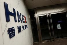 """Вход в здание фондовой биржи Гонконга. Китайский индекс """"голубых фишек"""" снизился максимально за шесть месяцев в понедельник после того, как ведущий финансовый регулятор страны предупредил о """"варварских"""" покупках акций, хотя небольшие компании сохраняли относительную устойчивость на фоне начала действия инвестиционного механизма, связавшего рынки Шеньчжэня и Гонконга.  REUTERS/Bobby Yip"""