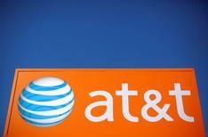 Un cartel de AT&T es visto fuera de una filial en Rolling Meadows, Illinois, Estados Unidos, 24 de octubre 2016. El gigante de telecomunicaciones estadounidense AT&T nombró a Kelly King como nuevo presidente ejecutivo para sus operaciones en México. REUTERS/Jim Young