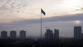 Флаг Казахстана в Астане. 3 ноября 2016 года. Международный валютный фонд повысил прогноз экономического роста Казахстана в следующем году до 1,5-2,0 процента с предыдущего прогноза роста в 0,6 процента, сказал Рейтер глава миссии МВФ Марк Хортон в пятницу. REUTERS/Shamil Zhumatov