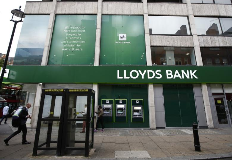 People walk past a branch of Lloyds Bank on Oxford Street in London, Britain July 28, 2016.  REUTERS/Peter Nicholls