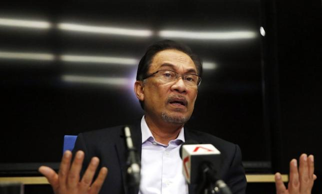 Malaysia's opposition leader Anwar Ibrahim speaks to the media ahead of the verdict in his final appeal against a conviction for sodomy in Kuala Lumpur February 4, 2015.  REUTERS/Olivia Harris