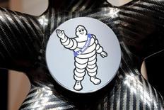 Michelin, qui est à suivre à la Bourse de Paris, a fait état jeudi d'un bond de 13% du marché des pneumatiques de remplacement en Europe grâce à un rattrapage de la demande en pneus hiver en novembre. /Photo prise le 29 septembre 2016/REUTERS/Benoit Tessier