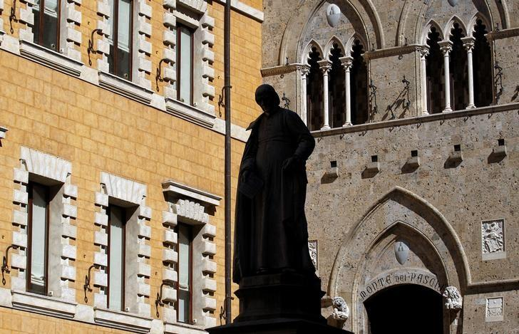 The main entrance of the Monte dei Paschi bank headquarters is seen in Siena, Italy, March 13, 2012.   REUTERS/Max Rossi/Files