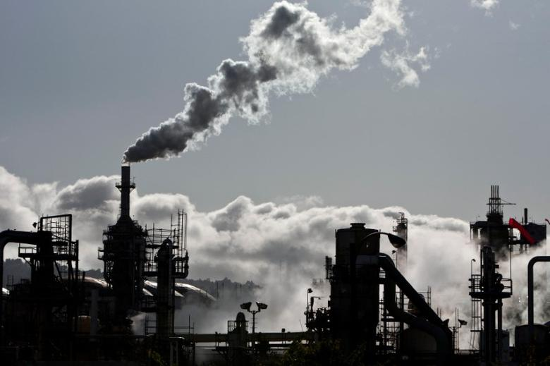 Smoke is released into the sky at a refinery in Wilmington, California March 24, 2012.  REUTERS/Bret Hartman/File Photo